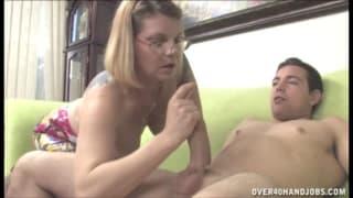Une blonde mature qui s'éclate avec un pénis