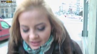Une blondasse torride avec des seins sublimes