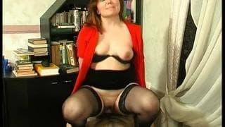 On peut dire que cette secrétaire est chaude