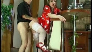 Il baise la jolie femme de ménage