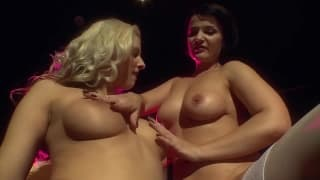Maria Mia et Sybella se baisent à coups de gode