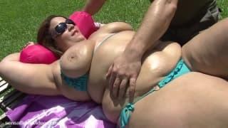 Une belle femme ronde et le jardinier