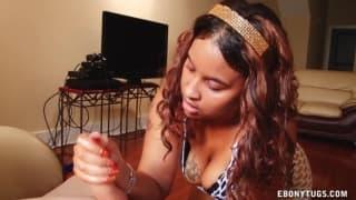 Ebony pulpeuse qui lui offre une branlette !