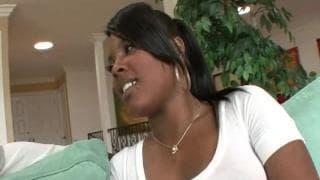 Cette jeune black va avoir droit à un gros dard