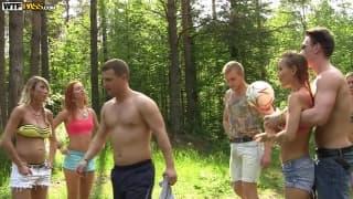 Grosse partouze d'étudiants dans les bois