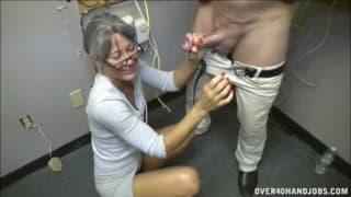 Leilani masturbe cet homme pour son bien