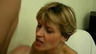 Milf blonde en collant qui se fait bien baiser
