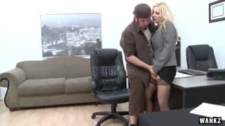 Ashley Fires prend le compte au bureau !