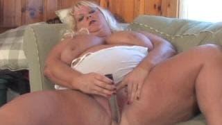 Cette BBW blonde se donne du plaisir