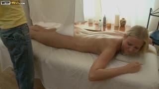 Jeune blonde pour un massage très érotique