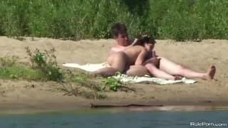 Un couple qui baise au bord d'un lac