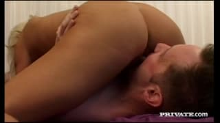 Casting porno sympa pour une blonde gourmande