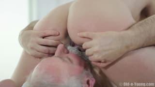 Ce vieux pervers baise une jolie blonde