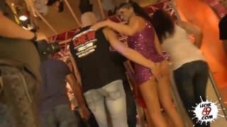 Julia De Lucia se fait baiser devant du monde !