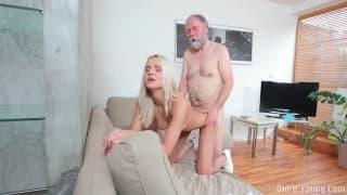 Cette blonde jouit avec un vieux pervers!