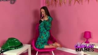April O'Neil et son joli dildo qu'elle adore !