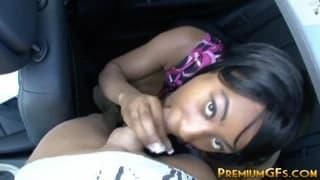 Jeune femme black baisée dans une voiture