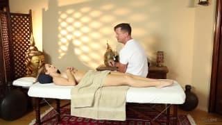 Karlie Montana semble adorer les massages !