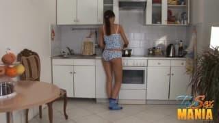 Jeune brunette prise dans la cuisine !