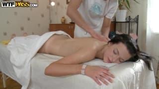 Jolie brune délicieuse a le droit à un massage
