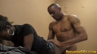 Jeune salope black pour une scène XXX