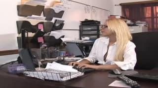 Grosse cochonne blonde qui s'amuse au bureau