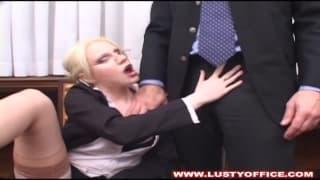 Marilyn prend du plaisir avec le patron