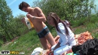 Abbey et son homme au bord d'un lac
