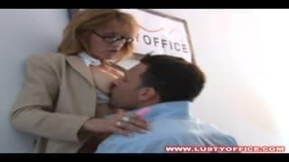 Pato la jolie secrétaire suce son patron