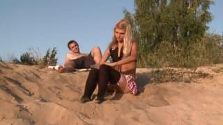 Loly Hardcore baisée sur du sable fin