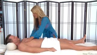 Holly Taylor s'amuse à masser Eric Masterson