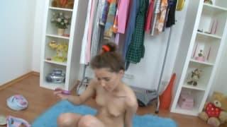La jeune Katie aime bien se toucher
