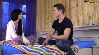 Brune sur bandante base son mec dans sa chambre