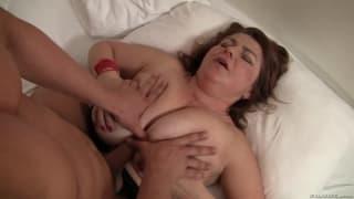 Cette femme aux seins énormes en vidéo !