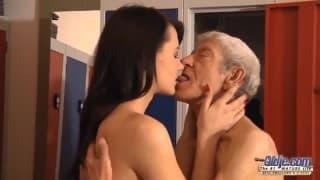 La belle Eva Strauss baisée par un vieux