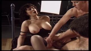Jessica Blake baisée par deux grosses bites