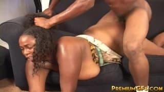 Grosse femme black qui prend son pied !