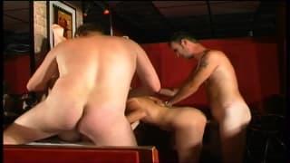 Orgie dans un club libertin pour deux cochonnes