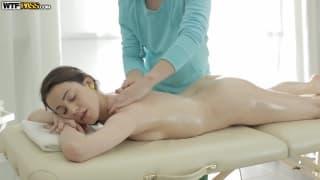 Cette brunette en chaleur s'offre un massage