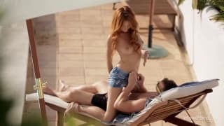 Porno estival avec une jeune rousse