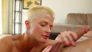 Jolie blonde aime sucer une grosse bite