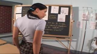 Une bite dans le cul d'une jolie étudiante