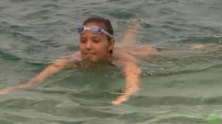 Une jolie teen qui s'exhibe sur la plage