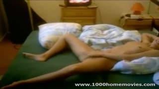 Elle se masturbe devant une vidéo porno