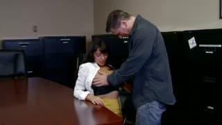 Ava Dalush se fait sauter par son patron
