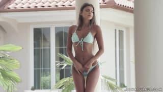 Effeuillage sensuel du bikini de Maria Rya