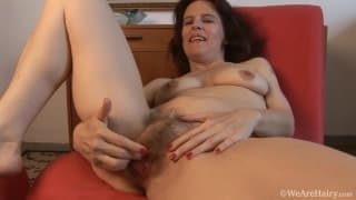 Marie adore astiquer sa grosse chatte poilue