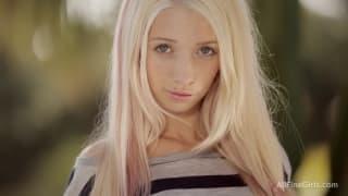 Elle est blonde, elle est jeune, elle est sexy