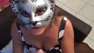 Une jeune femme masquée suce sont copain !
