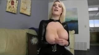 Caresses de ses énormes seins à voir !